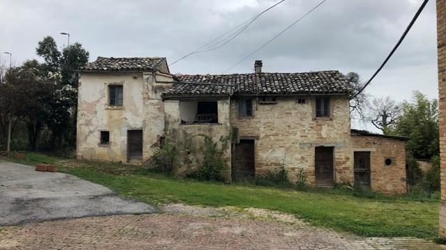 Area edificabile con casali esistenti per realizzo villette a schiera
